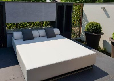 Loungebed op terras in tuin