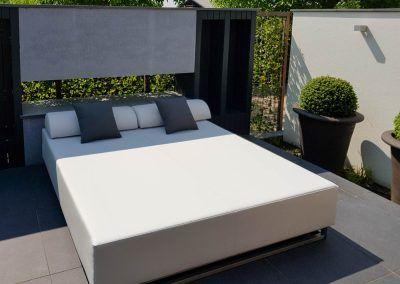 Loungebed op terras in tuin