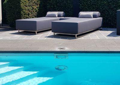 Loungebedden bij het zwembad